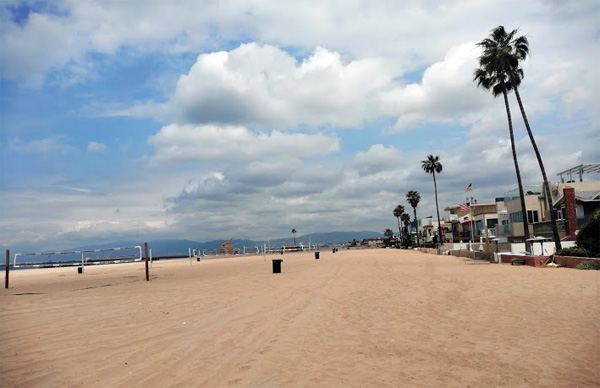 Вдоль берега километрами тянутся пляжи
